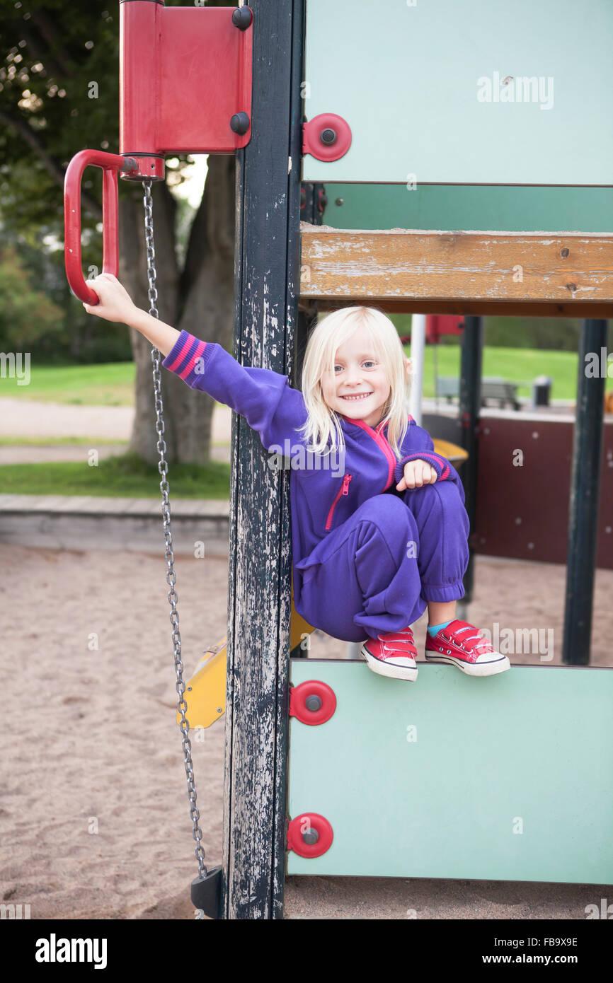 Suecia, Retrato de niña (4-5) en el patio de recreo Imagen De Stock