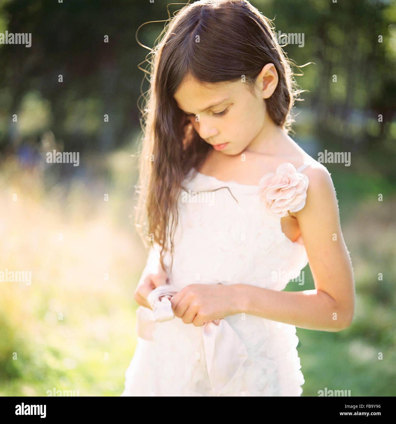 Suecia, Vastmanland, Retrato de niña (6-7) en vestido blanco Imagen De Stock