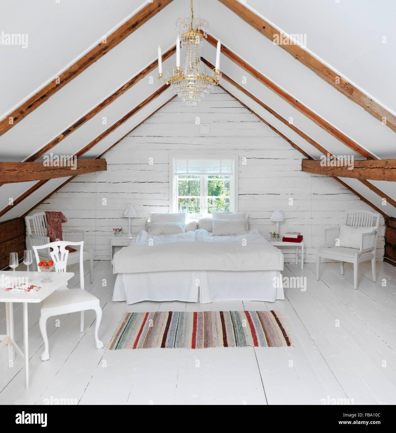 Suecia, buhardilla dormitorio en estilo rústico Imagen De Stock
