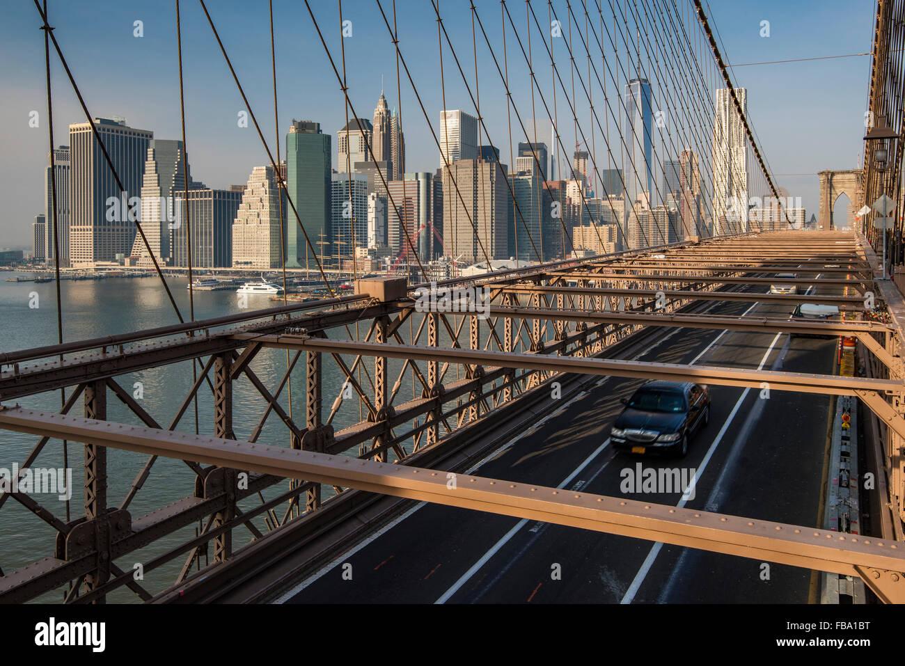 Puente de Brooklyn con Manhattan skyline detrás, Nueva York, EE.UU. Imagen De Stock