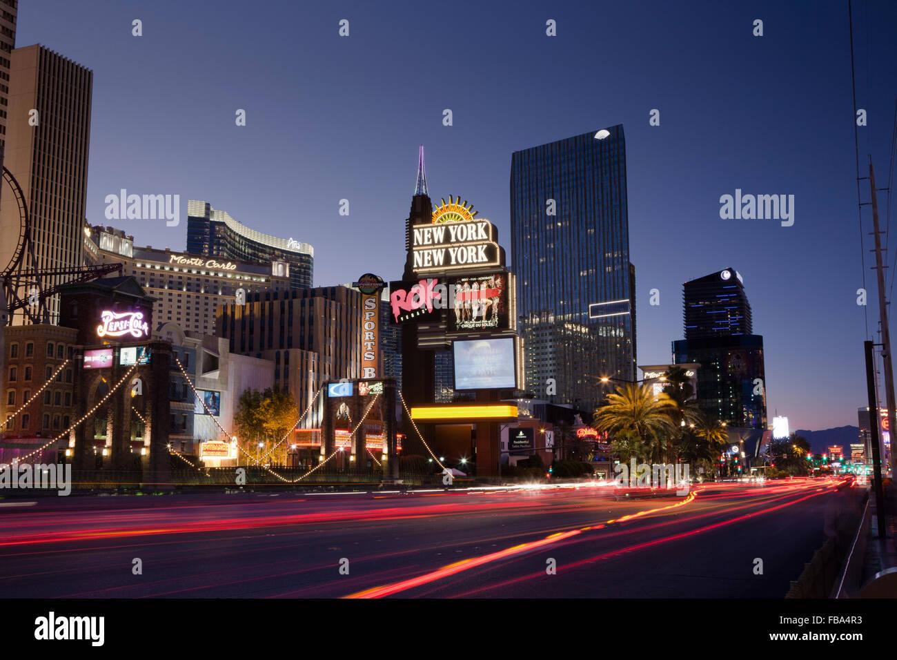 Estados Unidos, Nevada, Las Vegas, Vista de calle de la ciudad por la noche Imagen De Stock
