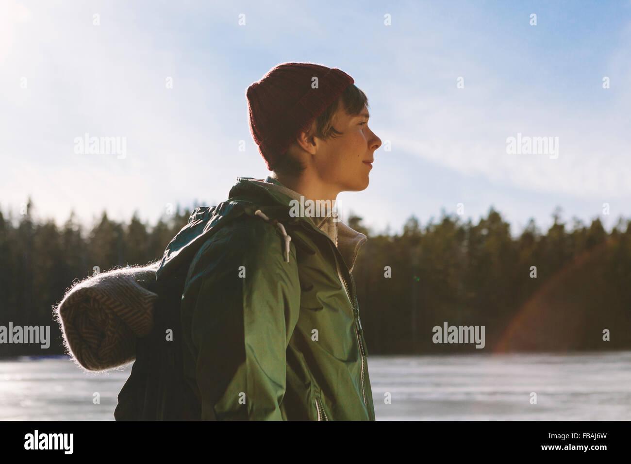 Finlandia, Esbo, Kvarntrask, Retrato de joven de la orilla del lago del bosque Imagen De Stock
