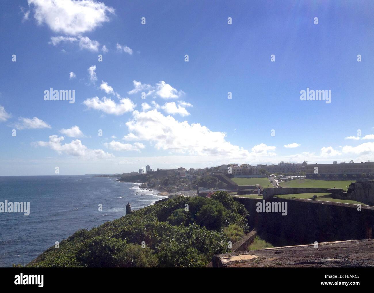 Una vista del viejo San Juan línea coste desde el Fuerte de San Felipe. Foto de stock