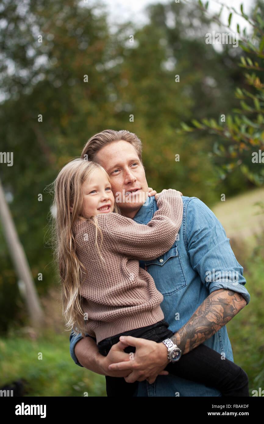 Finlandia, Uusimaa, Raasepori, Karjaa, Padre con su hija (6-7) mirando a ver Foto de stock
