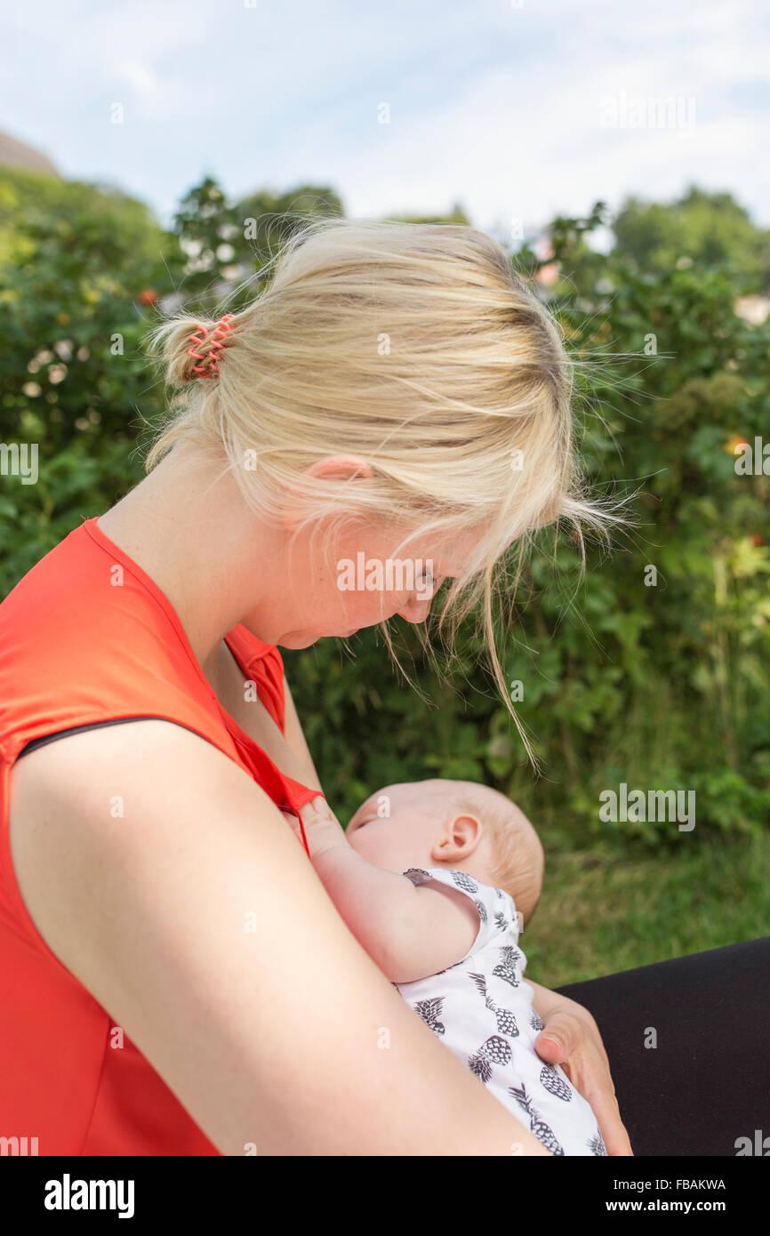Finlandia, madre sosteniendo hijo recién nacido y la lactancia materna (0-1 meses) Imagen De Stock