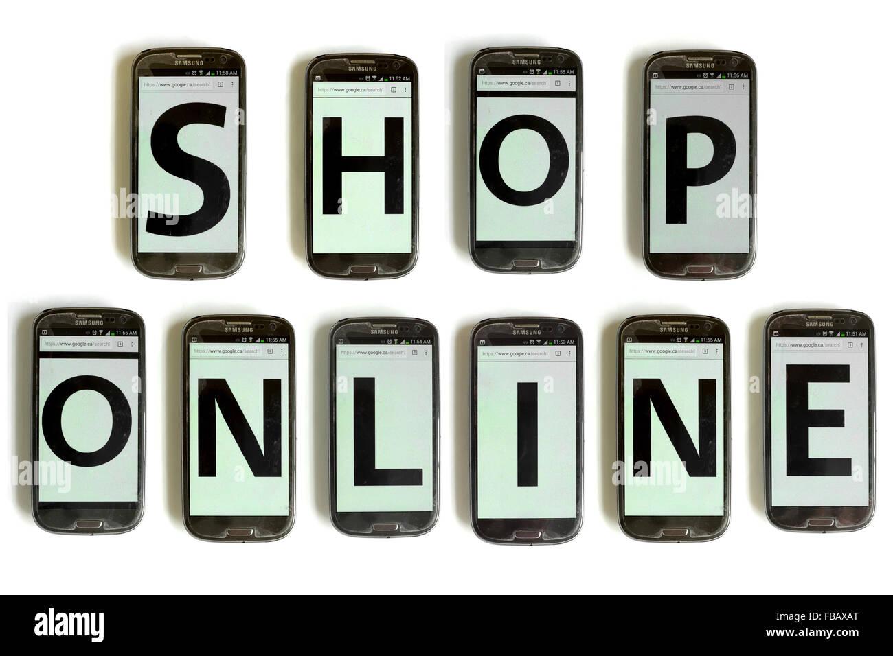Tienda Online establecidas con pantallas de móvil fotografiado contra un fondo blanco. Foto de stock