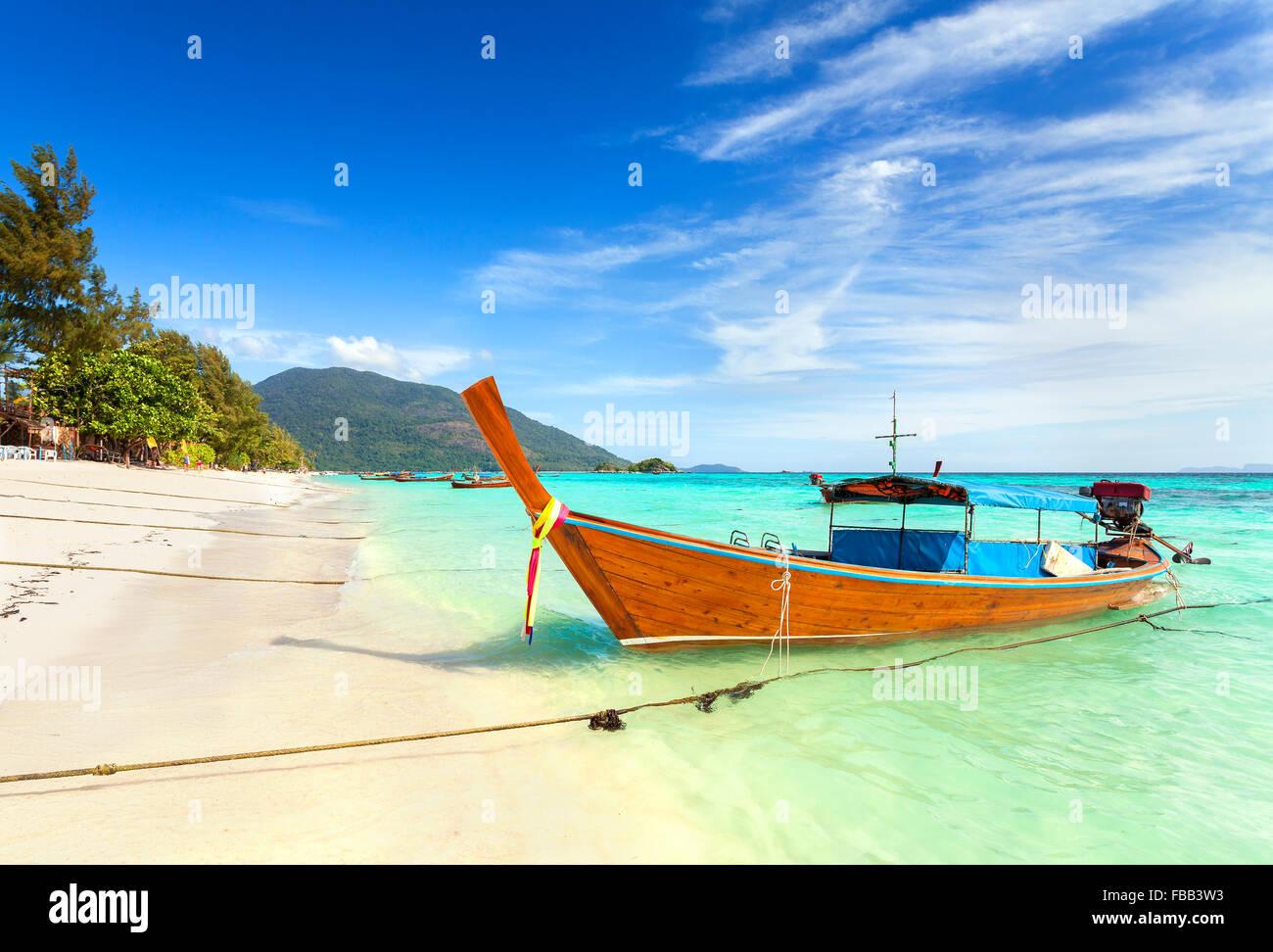 Long tail boat en una hermosa playa, Tailandia. Imagen De Stock