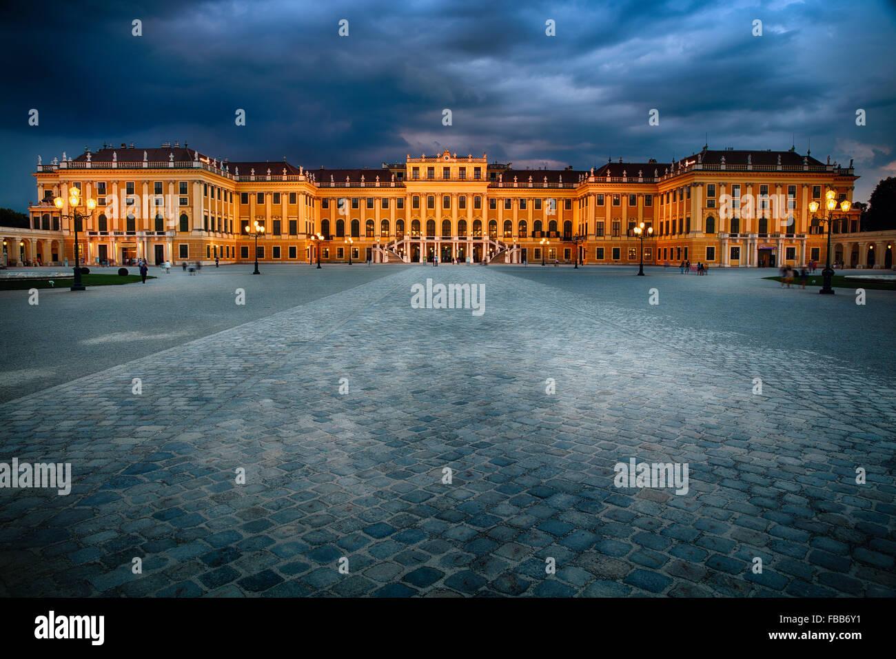 Ángulo de visión baja de un palacio barroco iluminado en la noche, al palacio de Schonbrunn, Viena, Austria Imagen De Stock
