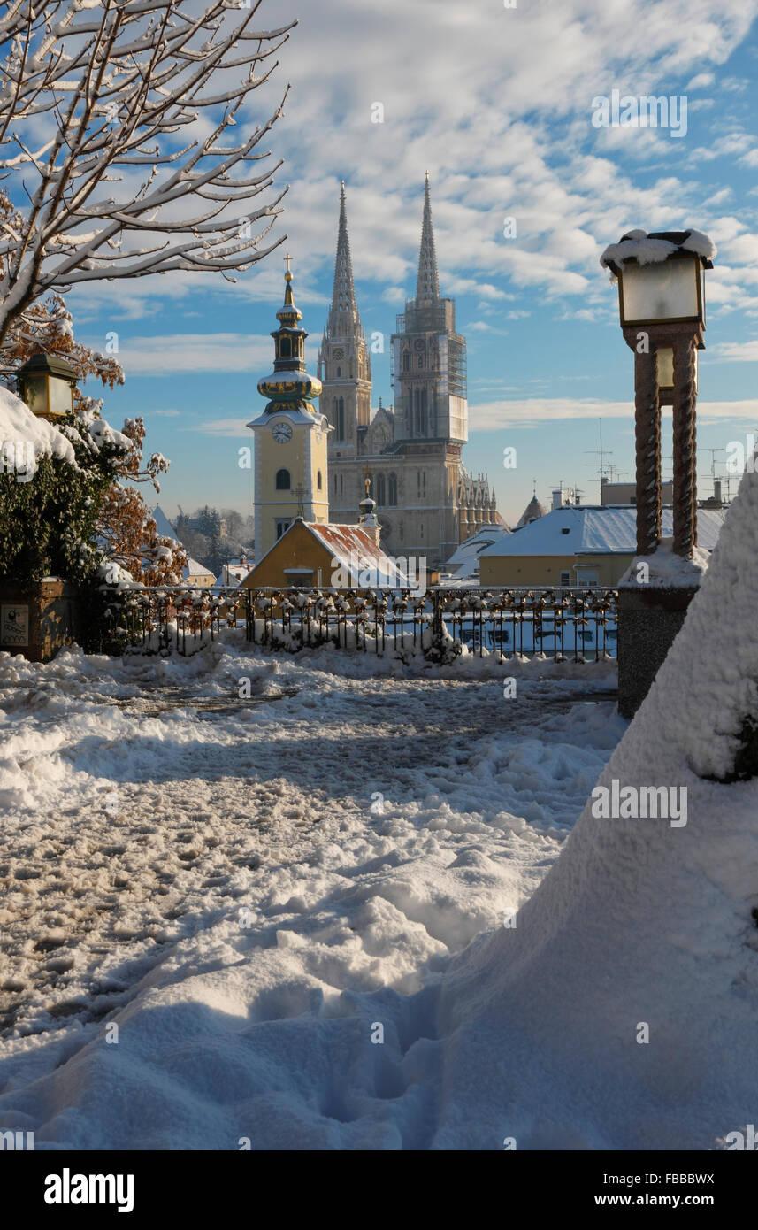 La ciudad de Zagreb en invierno.Vistas a la Catedral. Foto de stock