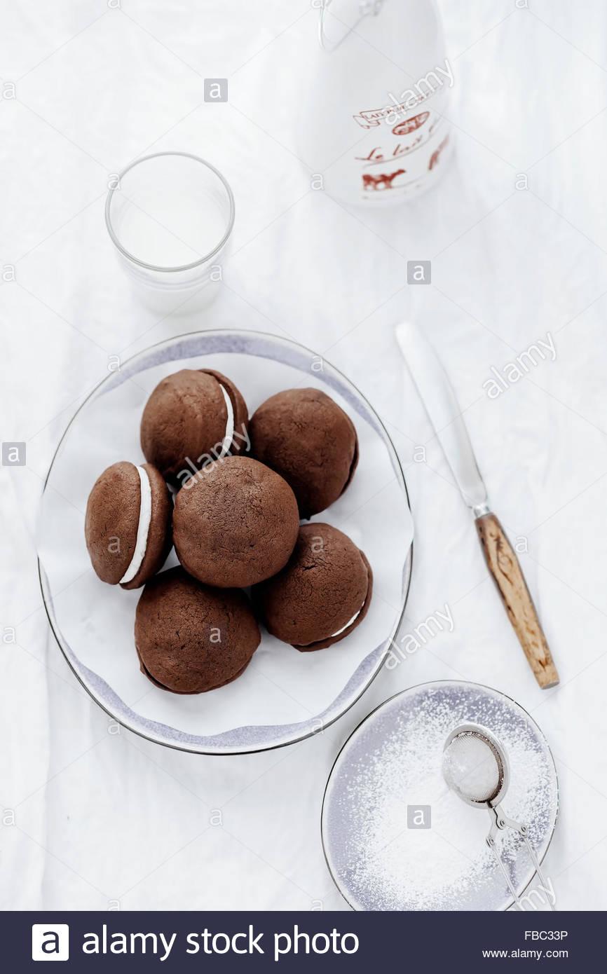 Whoopie pies sobre cake stand Imagen De Stock