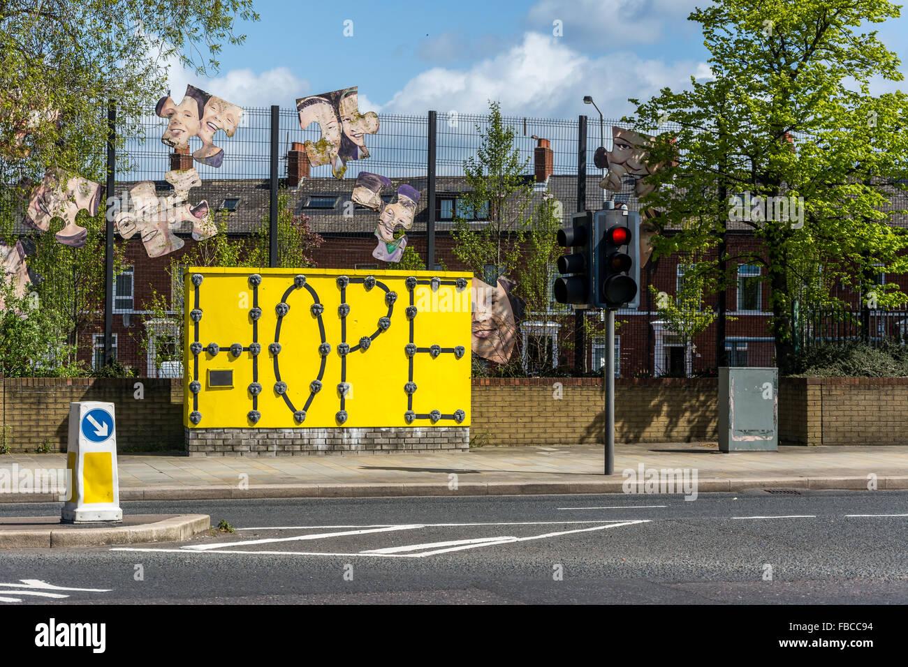 Esperanza de muro de piedra proyecto realizado por los niños de la escuela católica y protestante en Belfast oriental Foto de stock