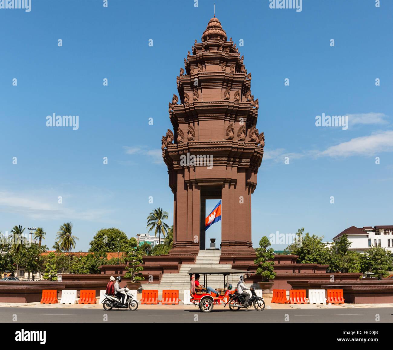 Rotonda en el Monumento de la independencia, tuk-tuk de taxi en Phnom Penh, Camboya Imagen De Stock