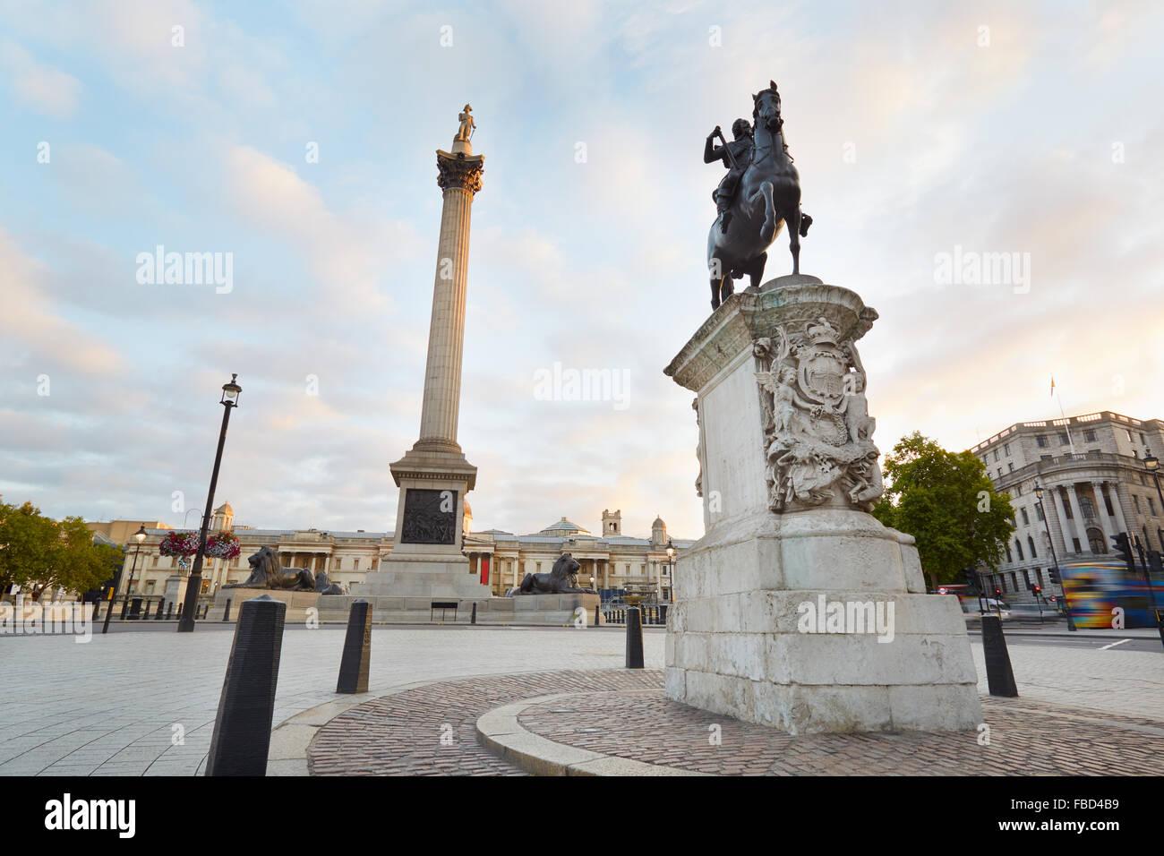 Vacíe Trafalgar Square, muy temprano en la mañana en Londres Foto de stock