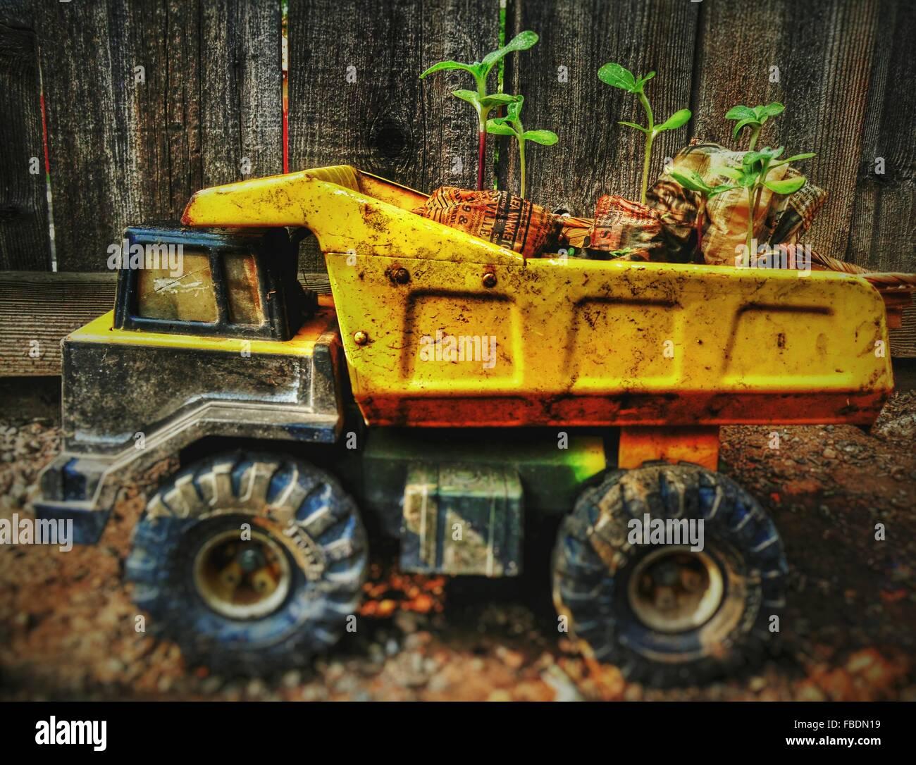 Primer plano desordenado camión de juguete contra la valla de madera Imagen De Stock