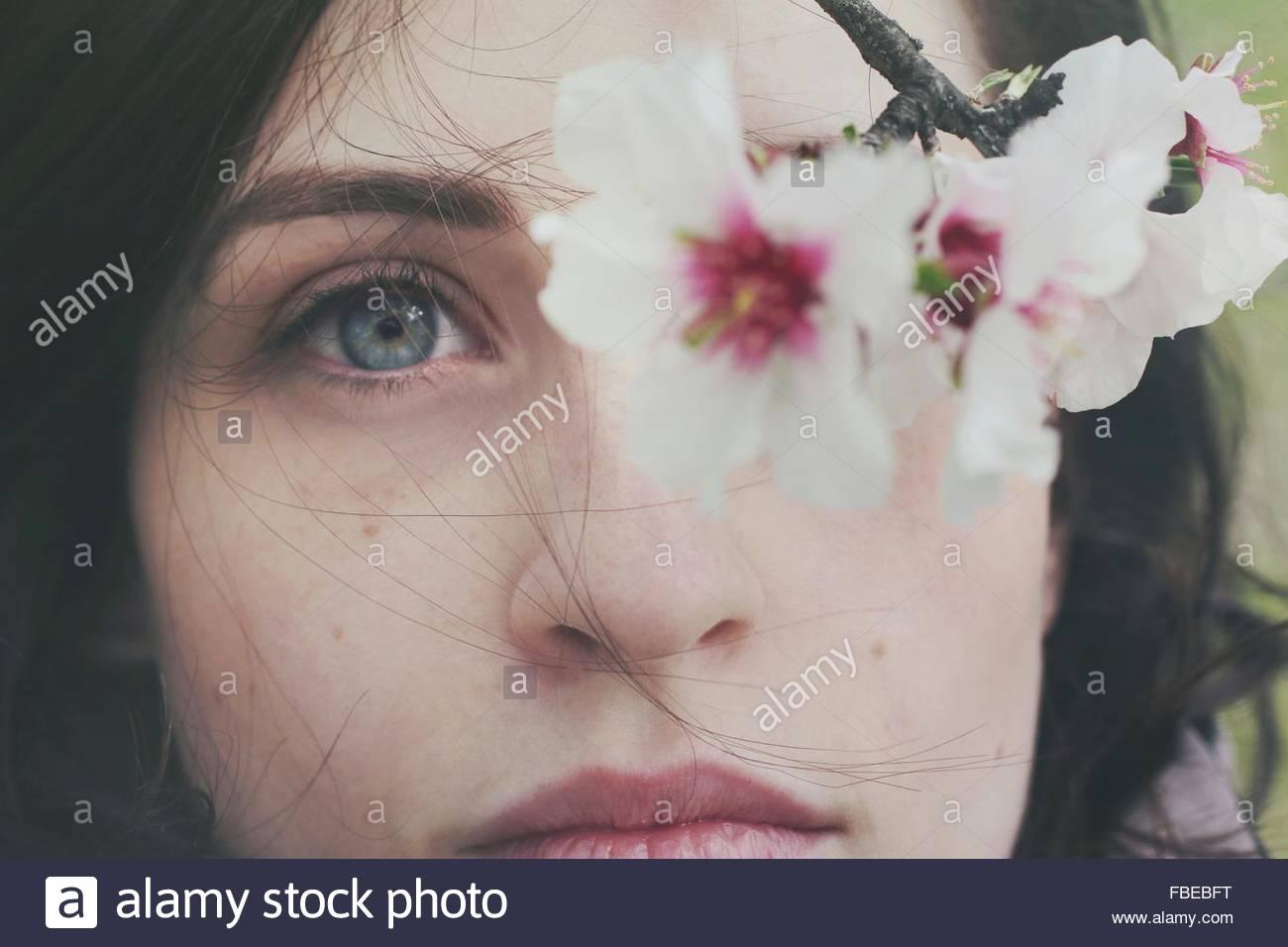Primer plano de la mujer y flores. Imagen De Stock