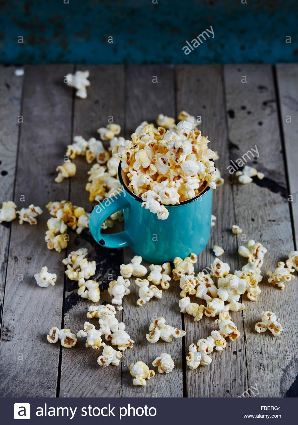 Mint taza llena de palomitas de maíz Foto de stock