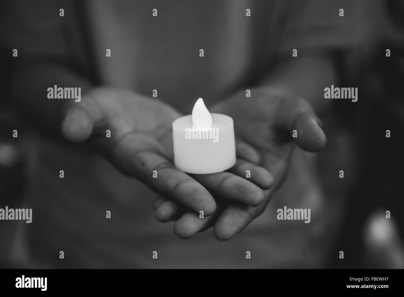 Primer plano de velas en las manos Imagen De Stock