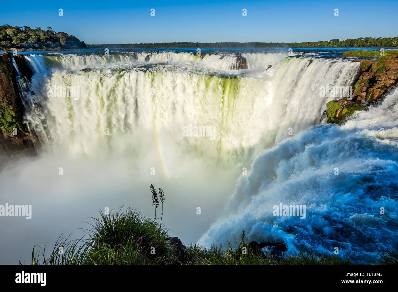 Garganta del Diablo en las Cataratas del Iguazú, una de las grandes maravillas naturales del mundo, en la frontera de Argentina y Brasil. Foto de stock