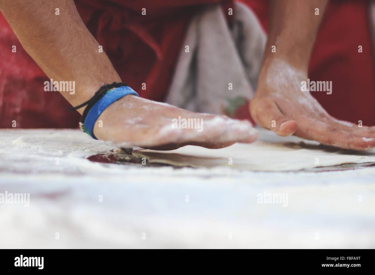 Imagen recortada del hombre amasar masa cocina comercial Imagen De Stock