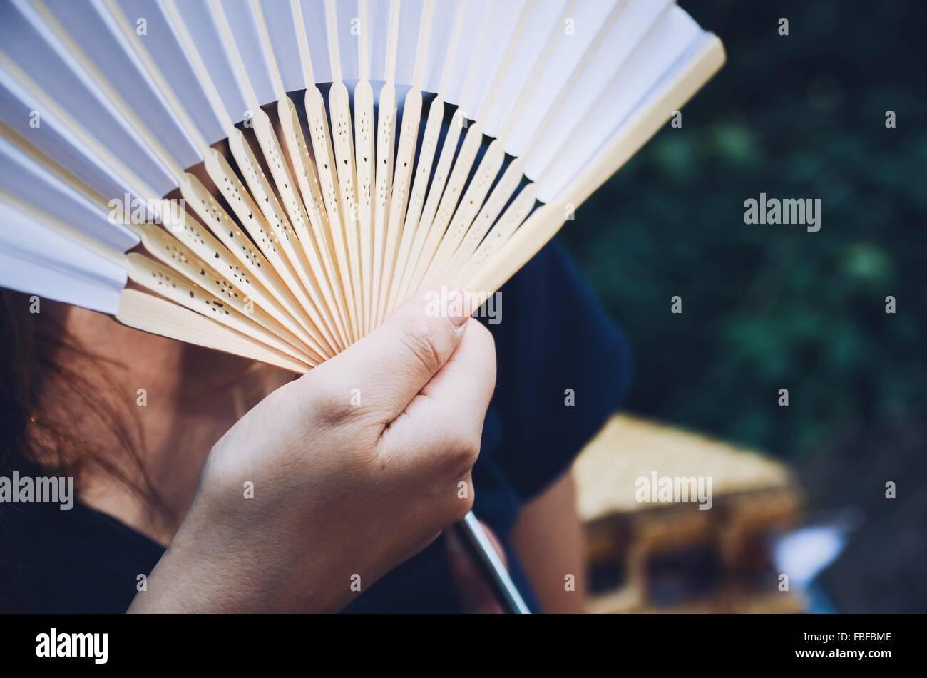 Primer plano de la mano que sujeta el ventilador Imagen De Stock