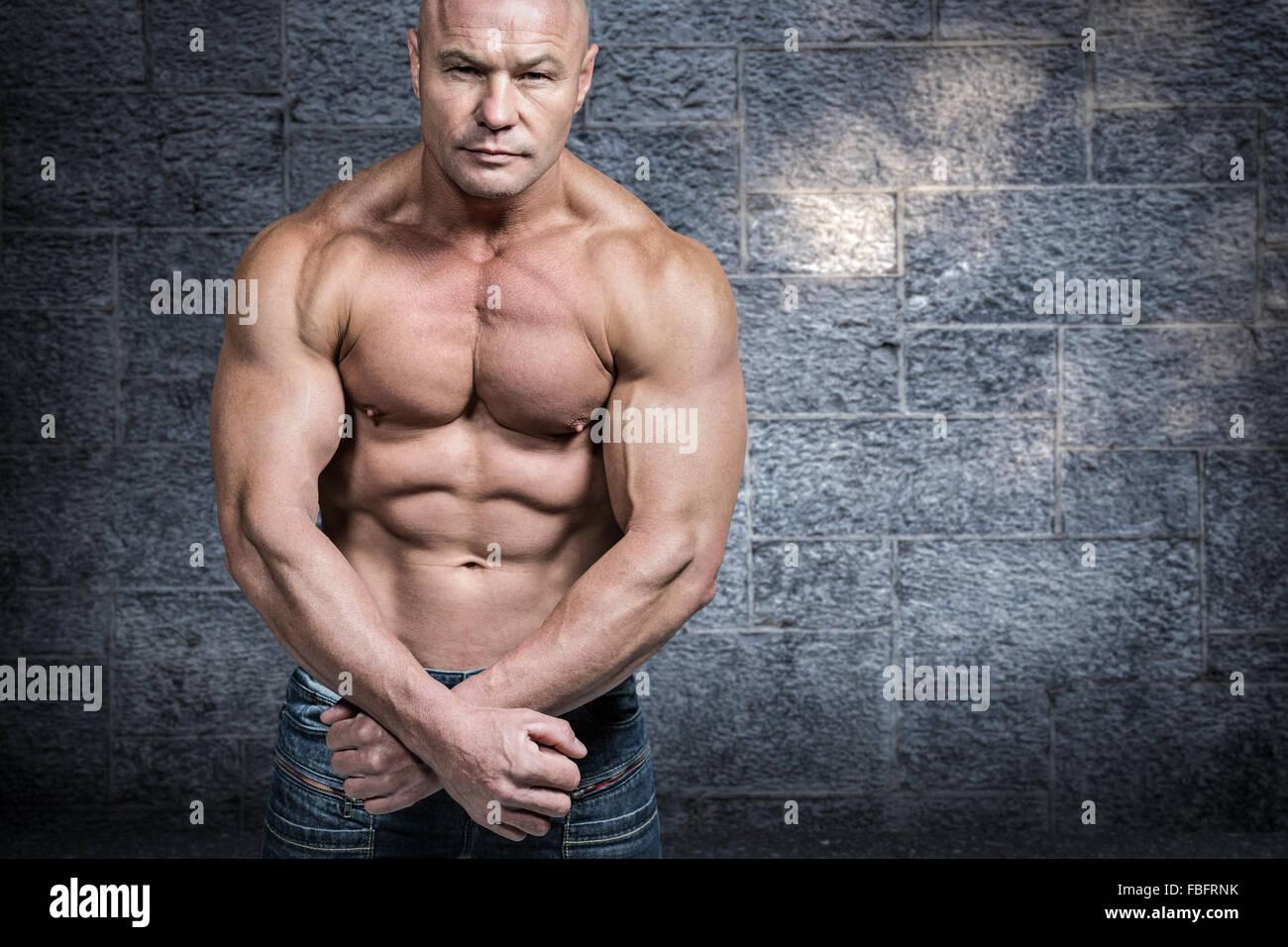 Imagen compuesta de retrato de hombre calvo flexionando los músculos Foto de stock
