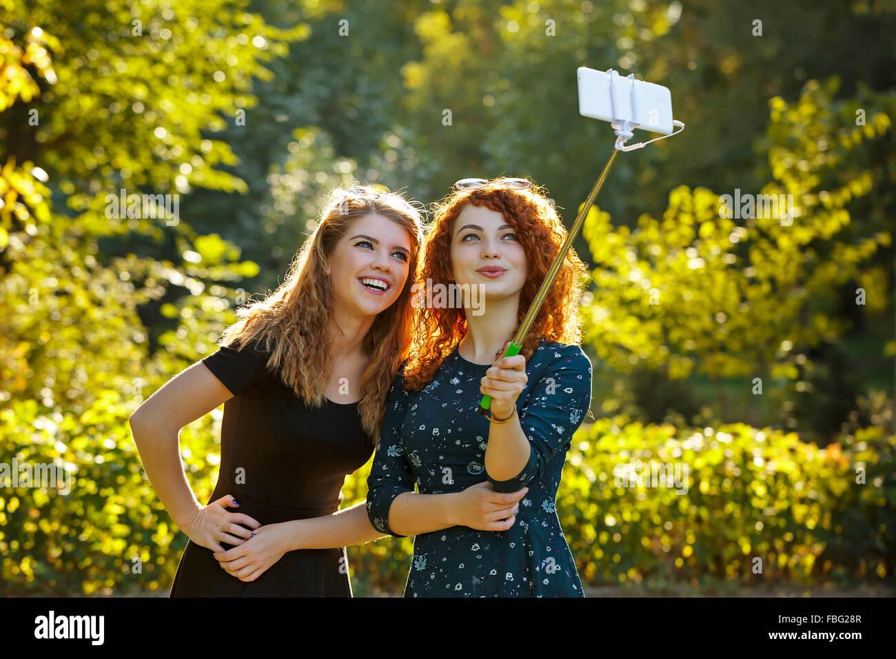 Dos Jóvenes Muchachas Bonitas Hacer Selfie Las Niñas