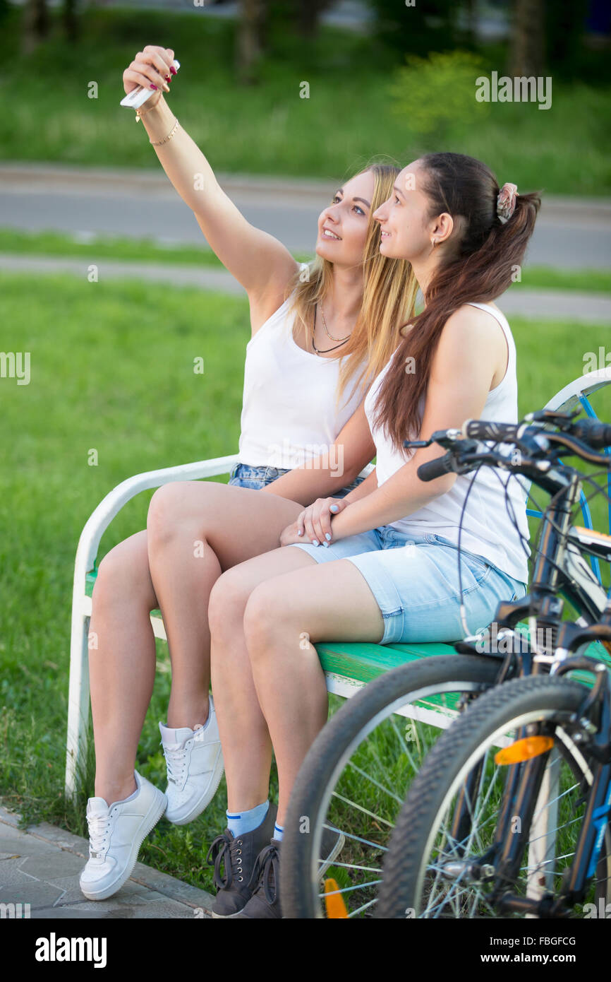 fb91bba69ff7 Ver perfil de dos cute sonriente ciclista hermosas chicas ...