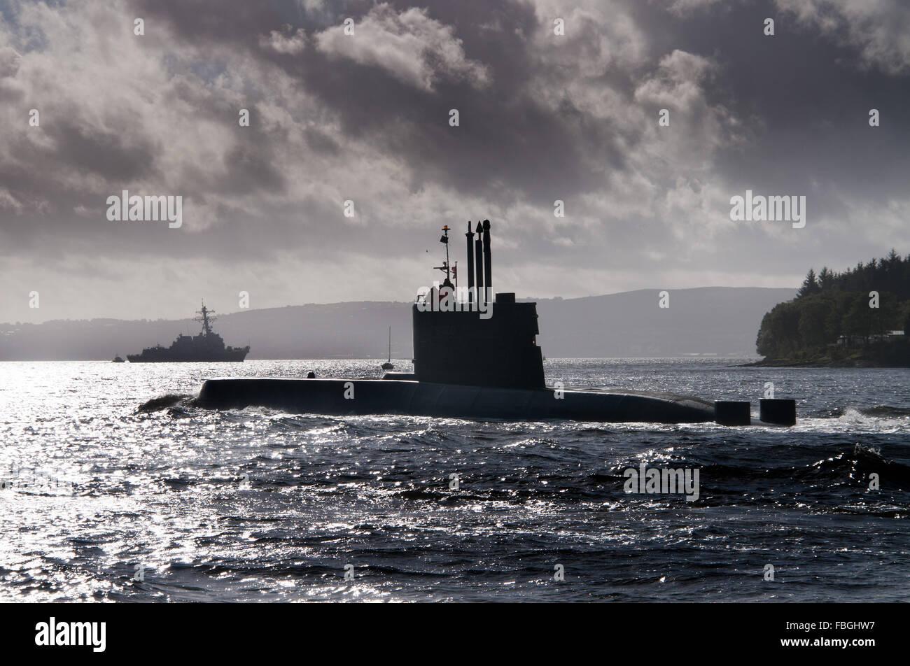 Ula submarino de la Armada Noruega y el destructor USS Nitze. Imagen De Stock