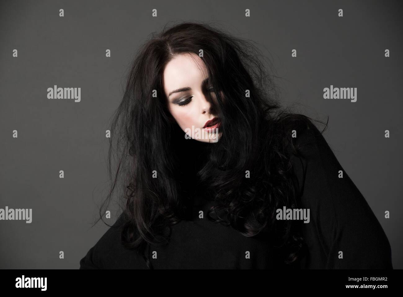Moda Mujer hermosa modelo vertical con el cabello oscuro