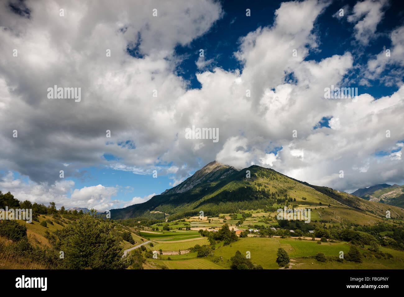 Las montañas de la Petite Autane Cuchon y con el pueblo de Les Faix, Champsaur, Alpes Franceses en verano. Imagen De Stock