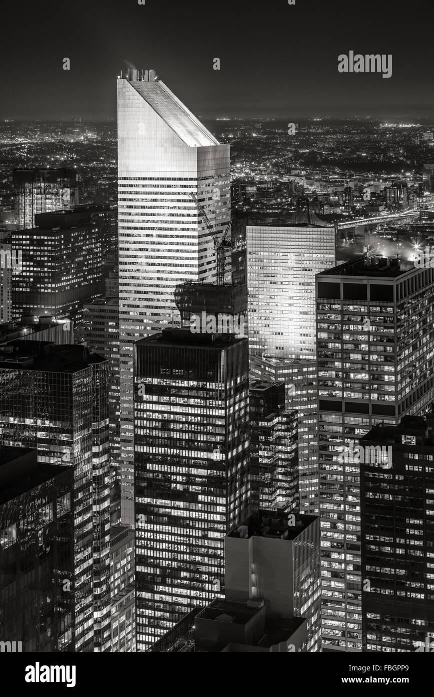 Blanco y Negro Vista aérea de Midtown de Nueva York por la noche, con uno de los más altos rascacielos Imagen De Stock