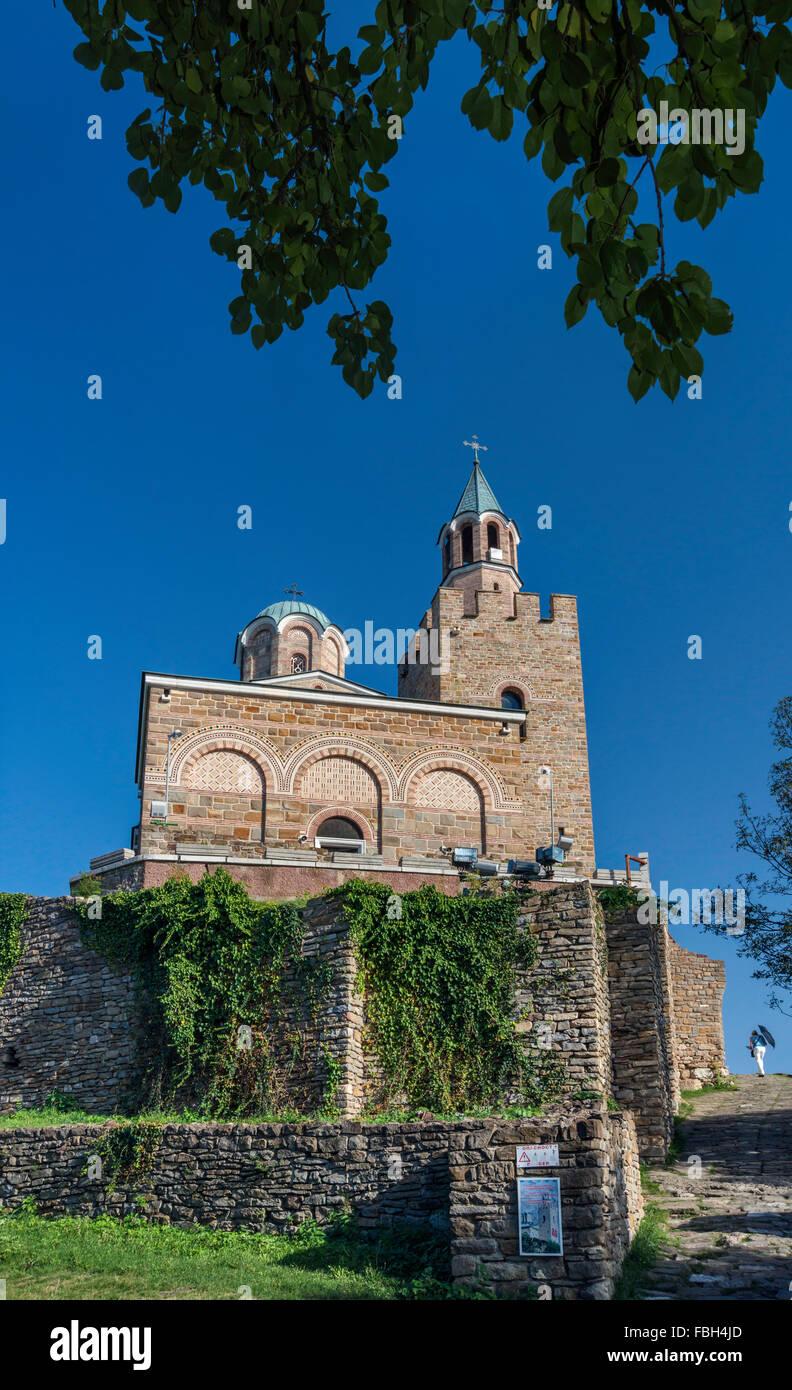 La Iglesia patriarcal, construida en 1981, en la Fortaleza de Tsarevets en Veliko Tarnovo, Bulgaria Foto de stock