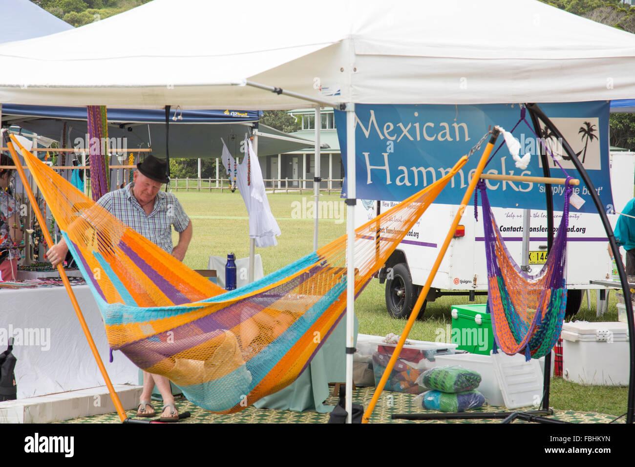 fa2c71d0d El hombre prueba una hamaca mexicana que se vende en mercados de Lennox  Head domingo,