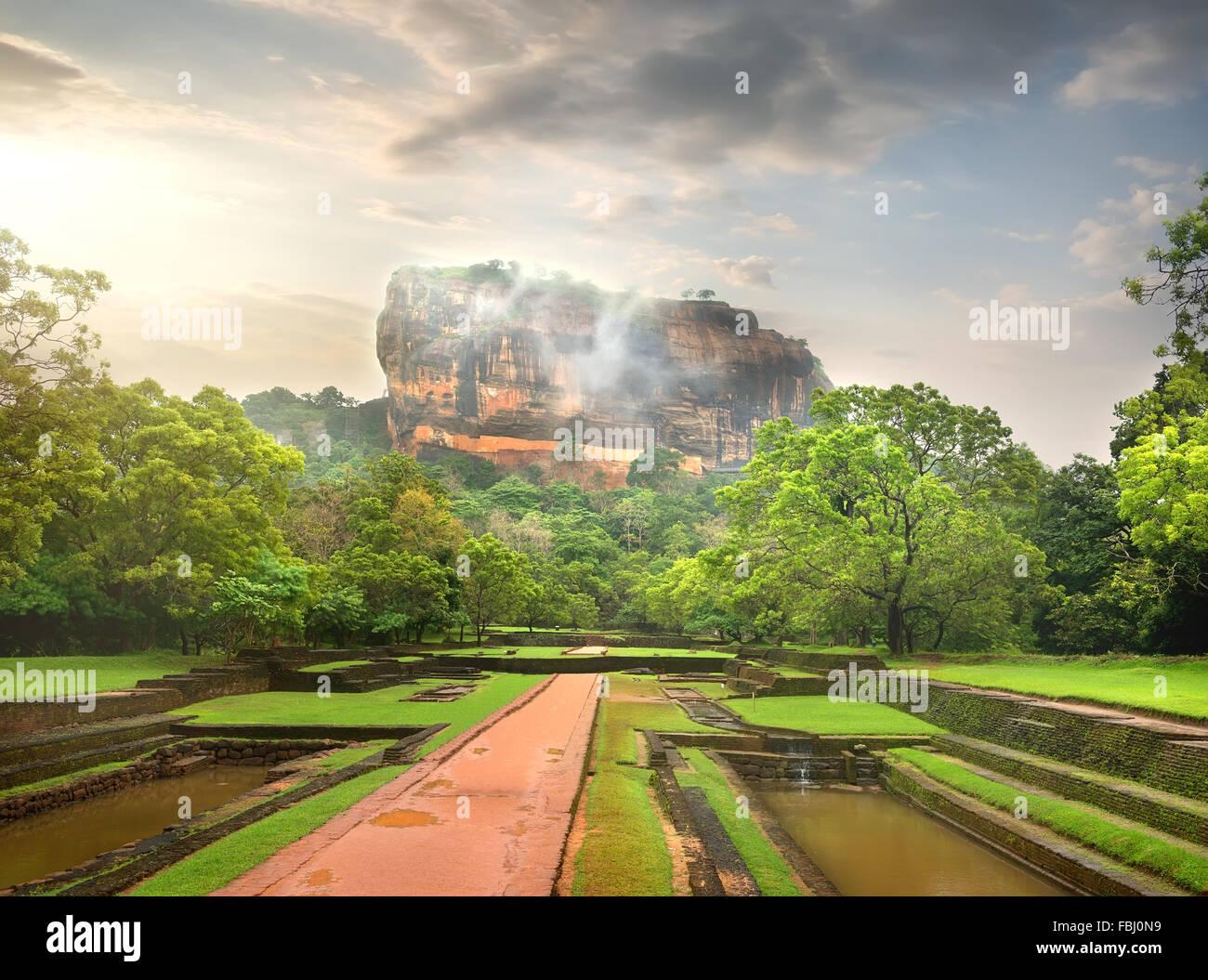 Piscinas en el jardín, cerca de la montaña de Sigiriya Imagen De Stock