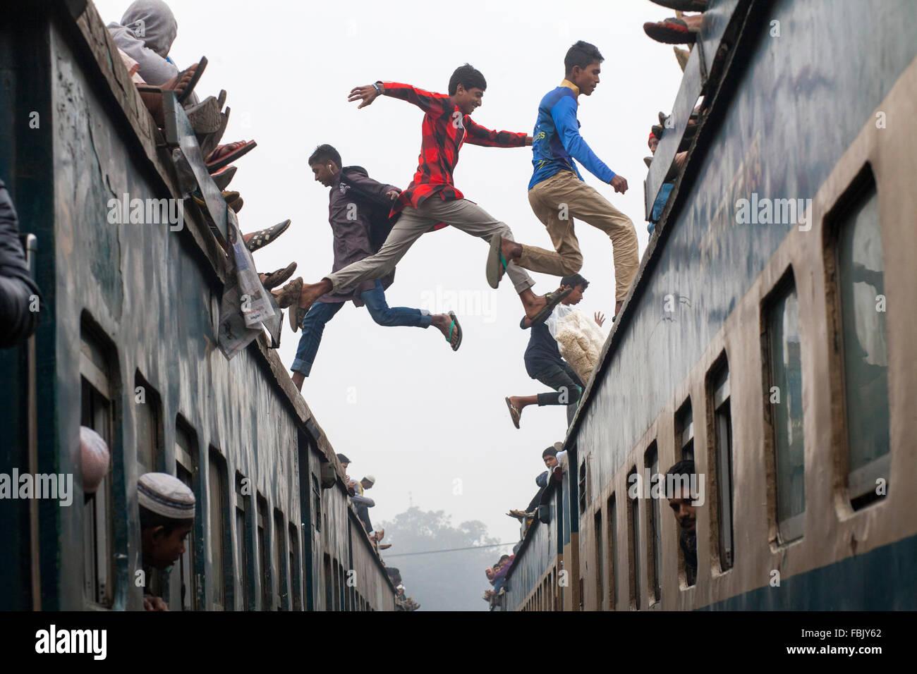 DHAKA, BANGLADESH, 10 de enero de 2016: Gente saltando sobre tren abarrotado Akheri Munajat asisten a las oraciones Imagen De Stock