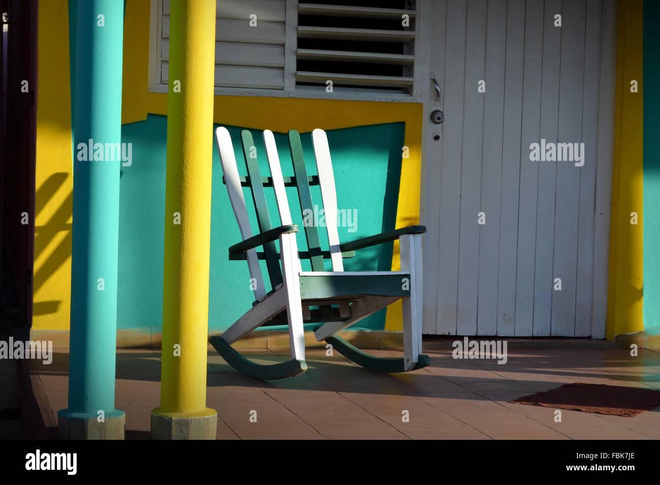 fbf650830 Vacía la silla mecedora en una colorida terraza soleada en Viñales,  provincia de Pinar del Río, Cuba