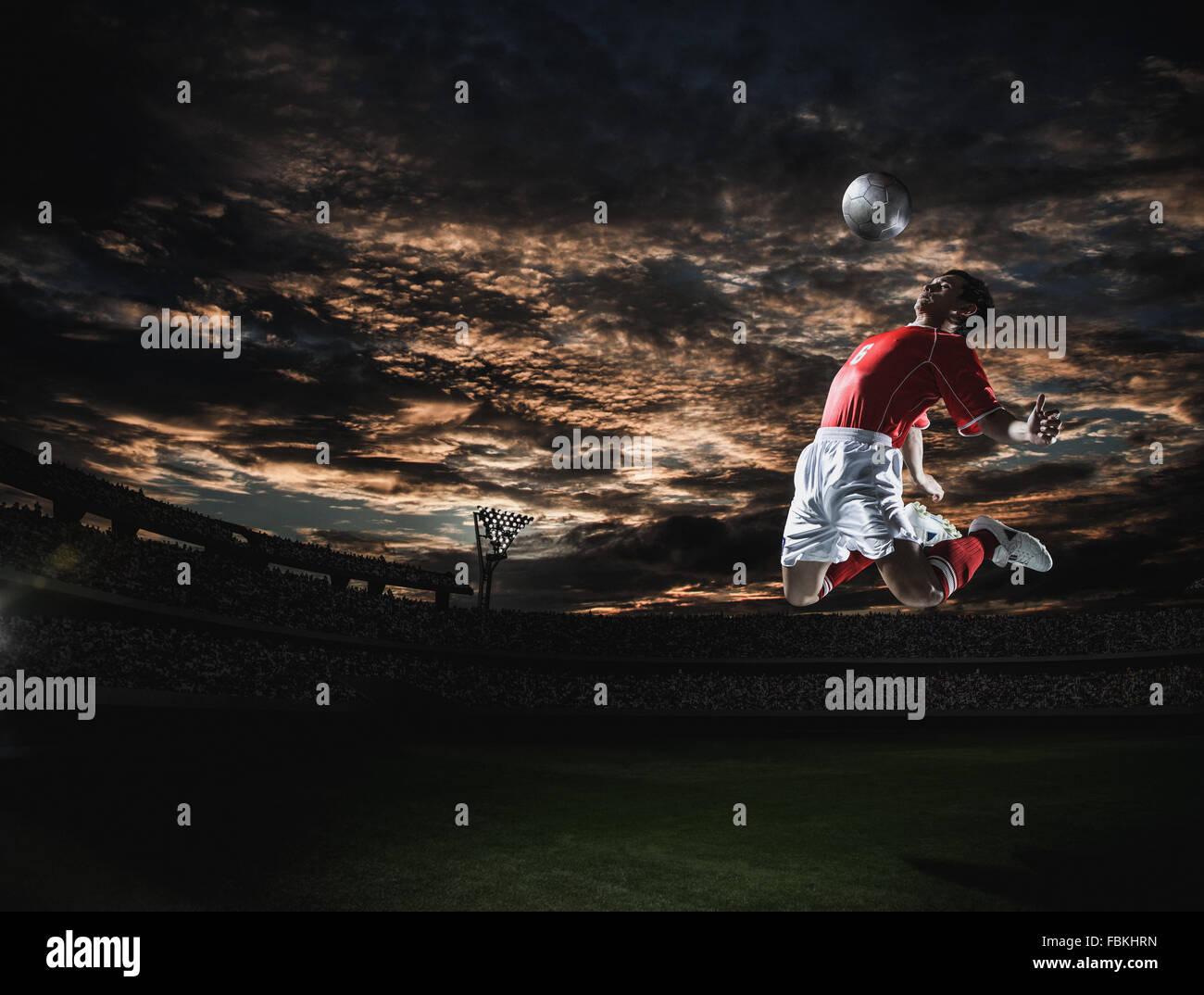 Jugador de fútbol en acción espectacular Foto de stock