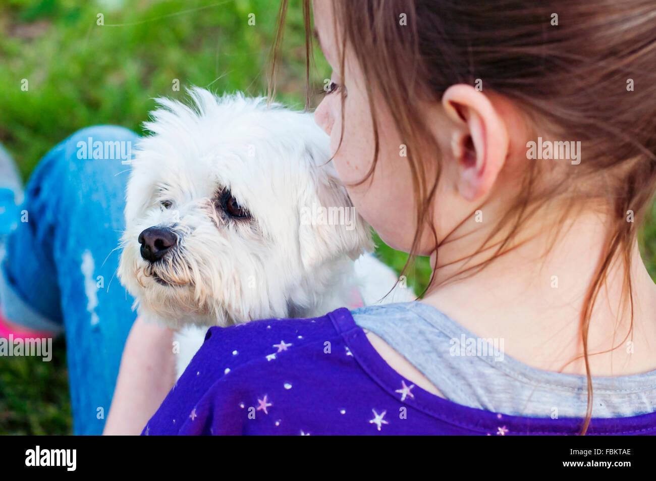 Chica sujetando perro Imagen De Stock