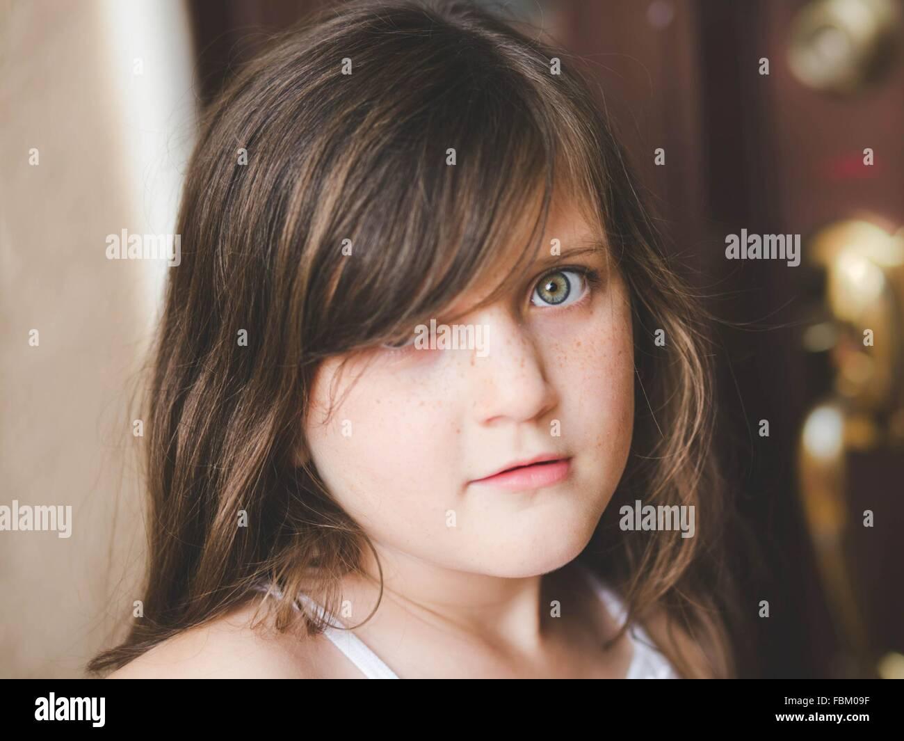 Pre Adolescente mirando a la cámara Imagen De Stock