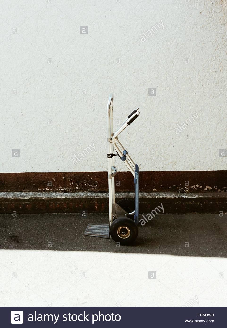Vista lateral del objeto de ruedas contra la pared Imagen De Stock