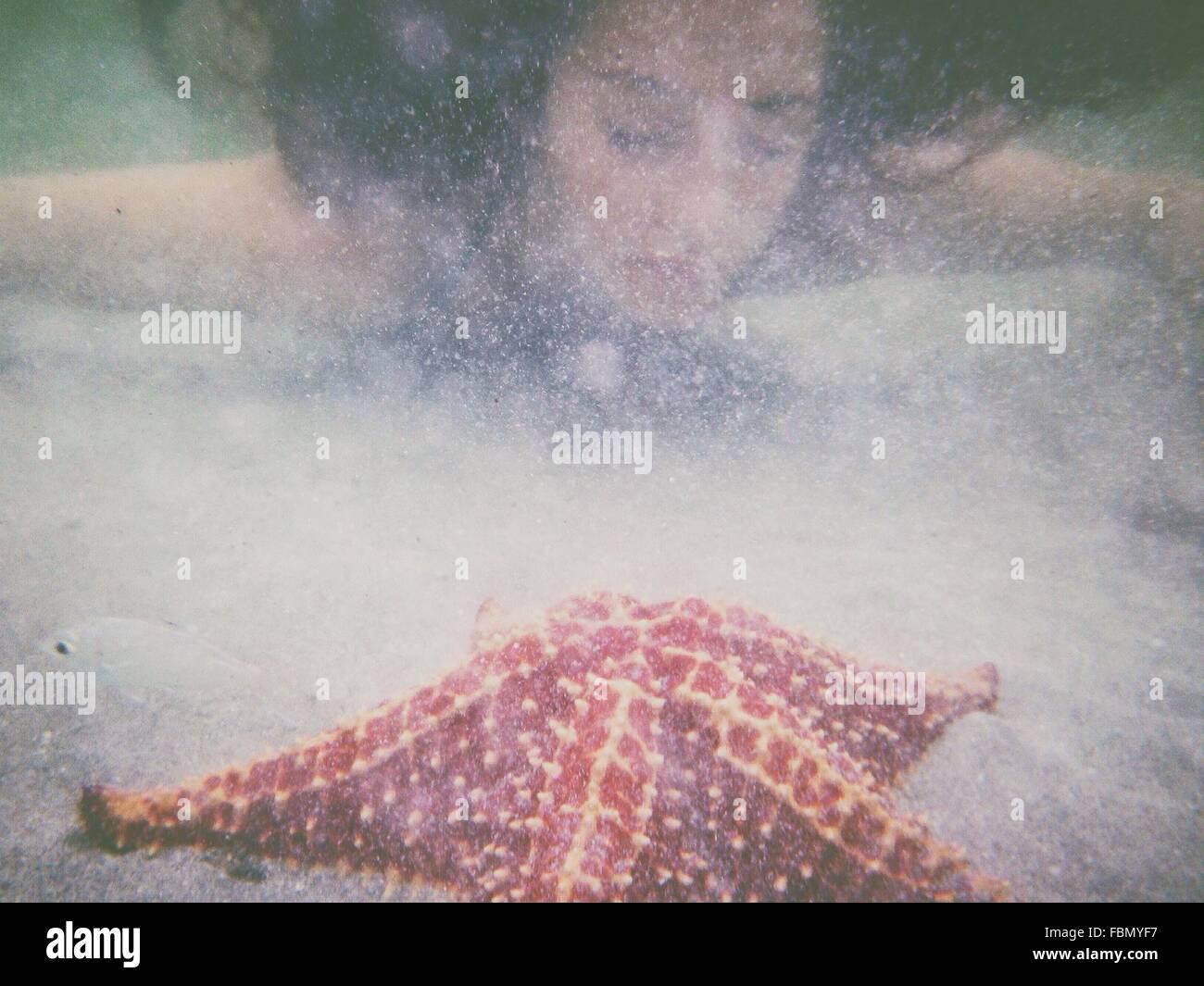 Mujer joven nadando en el mar Imagen De Stock