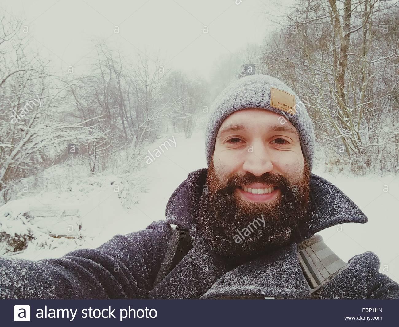 Retrato de un joven alegre en la nieve Imagen De Stock