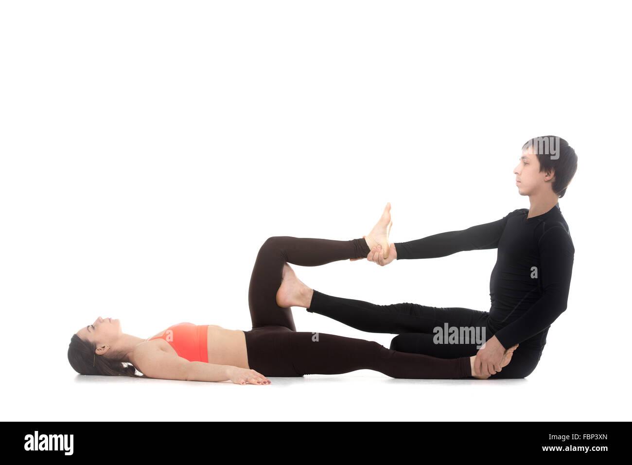 Dos personas practicando yoga deportivo con pareja joven coaching ... 4d1f3fcf45dc