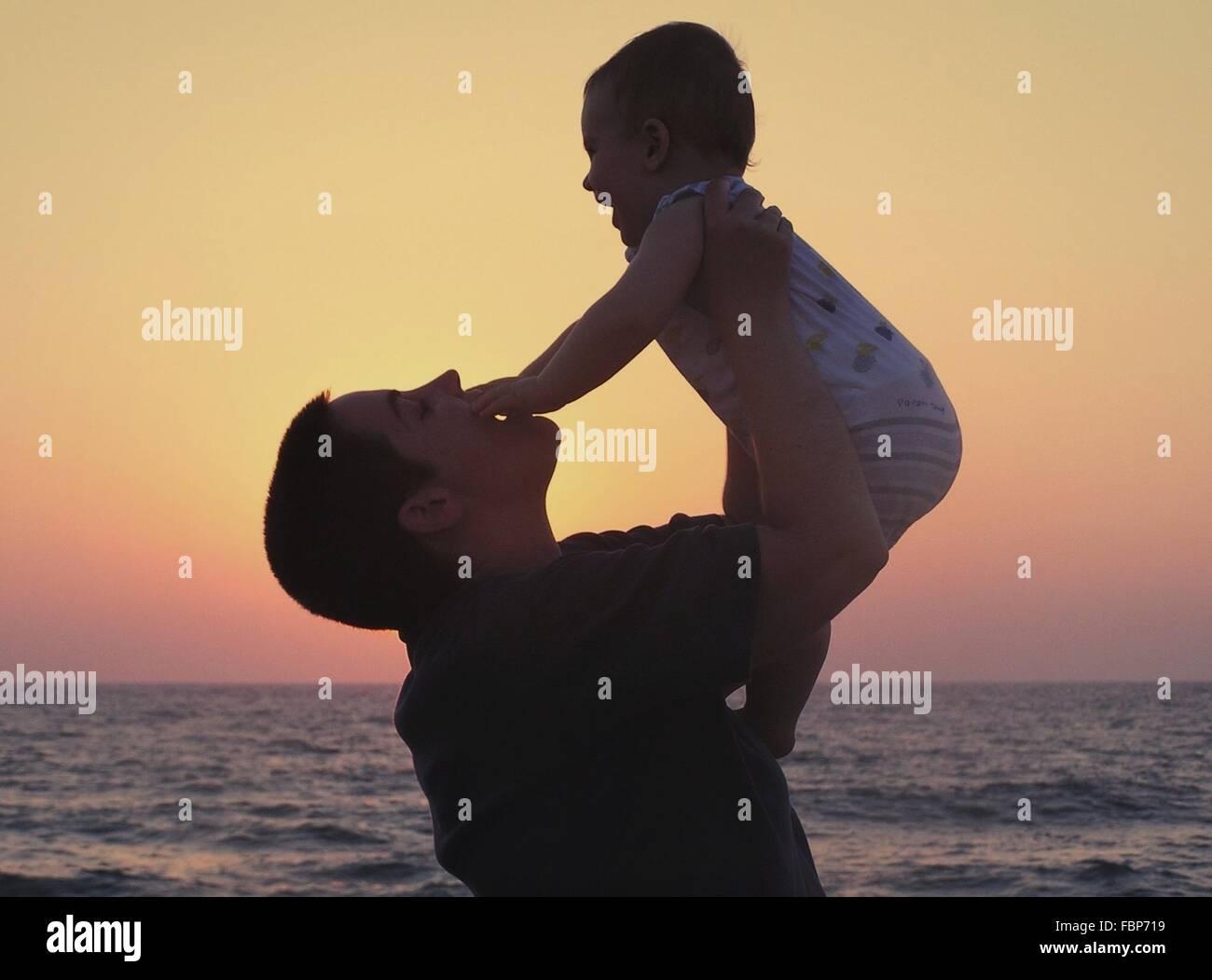 Madre jugando con niños en la playa Imagen De Stock