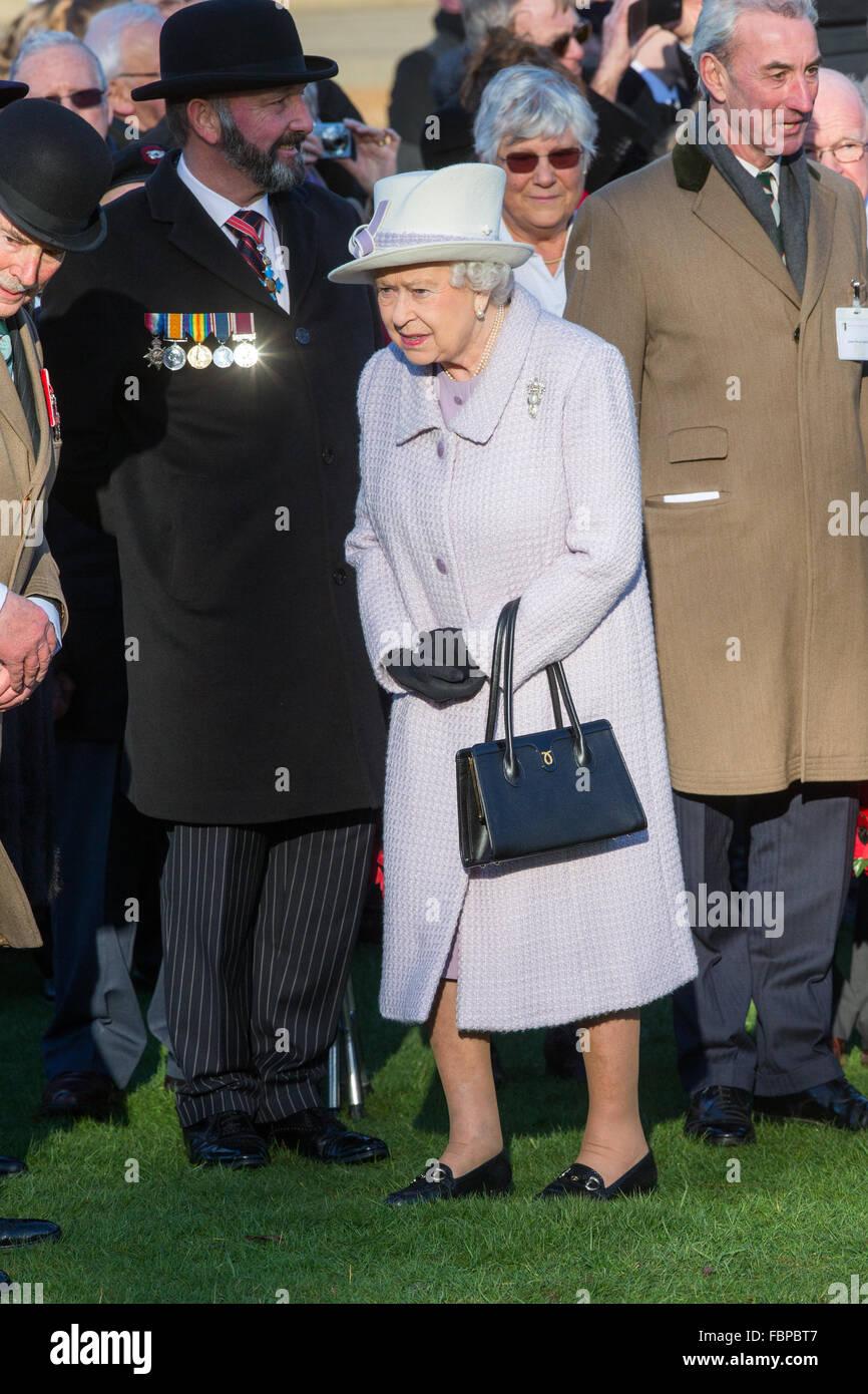 Su Majestad la Reina Isabel II y el Duque de Edimburgo asistir al servicio dominical en la iglesia Hillington, Norfolk. Imagen De Stock
