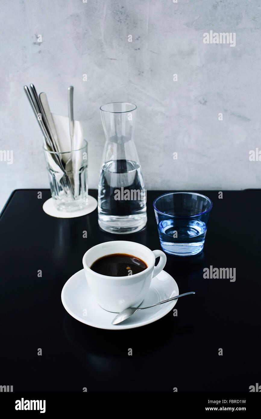 Una taza de café negro en la mesita de café Imagen De Stock