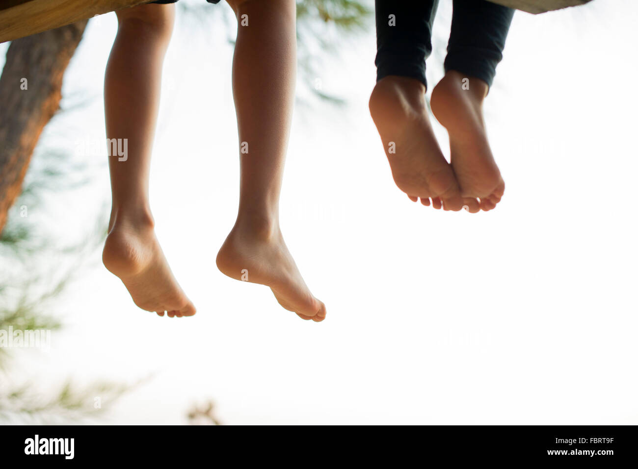 Barefoot niños sentados uno al lado del otro Imagen De Stock