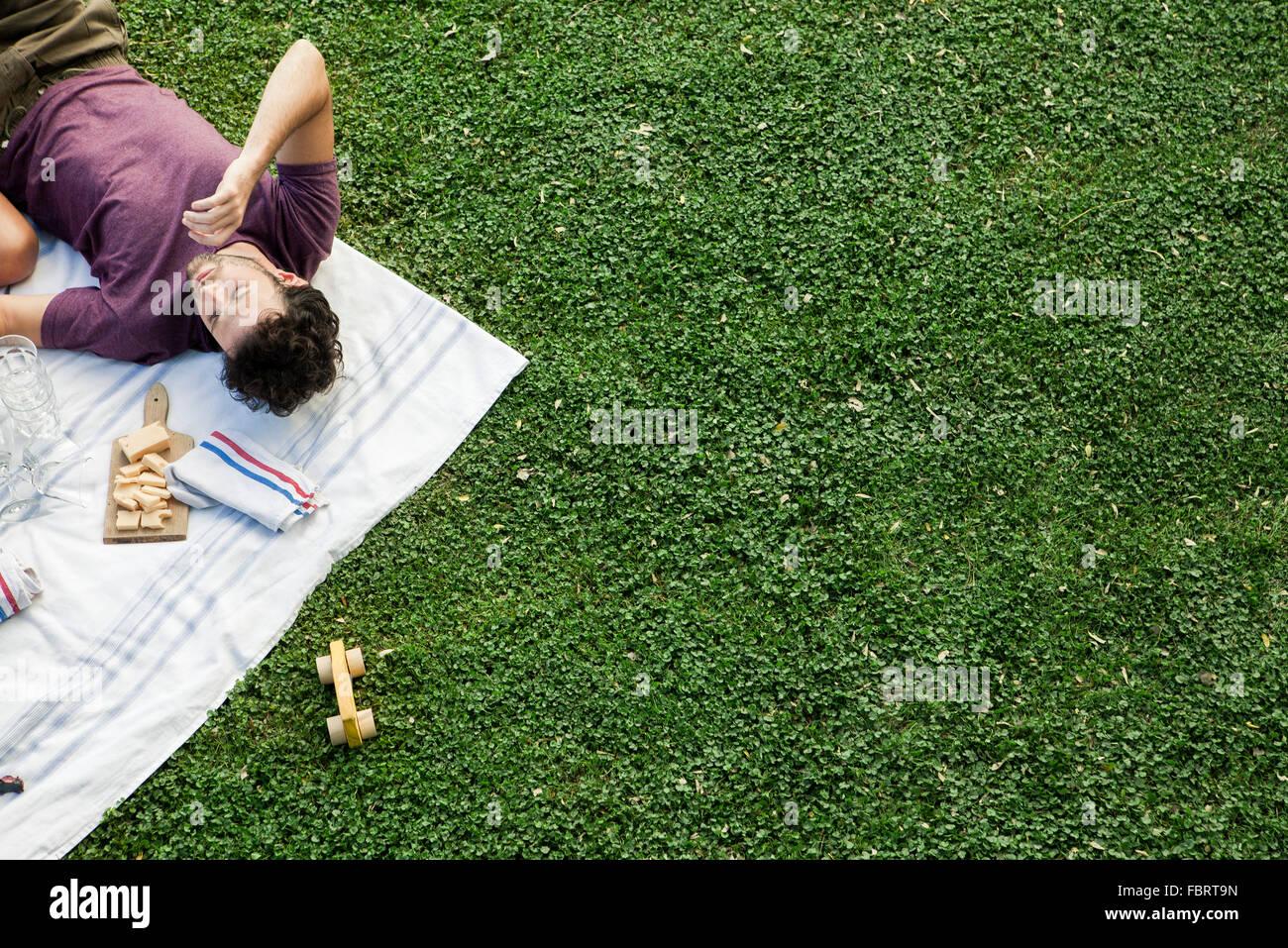 Picnic de verano en el parque con amigos Imagen De Stock