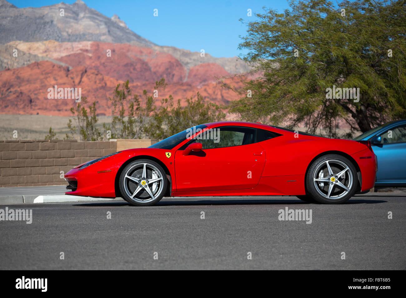 Ferrari 458 Italia en Rosso Corsa rojo contra las montañas del Cañón Red Rock en Las Vegas, Nevada Imagen De Stock