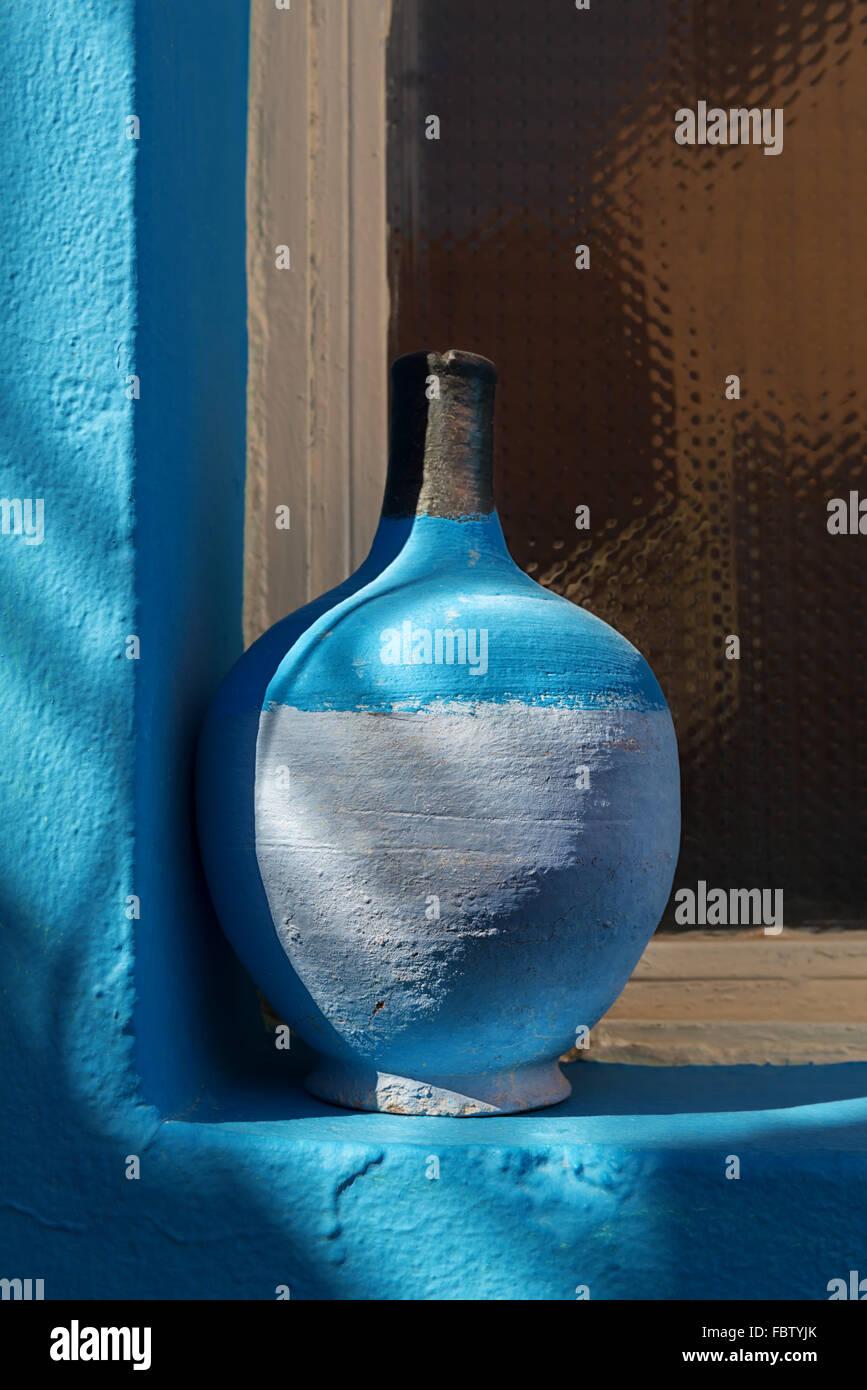 Still Life - cerámica azul sobre el alféizar de la ventana. Imagen De Stock